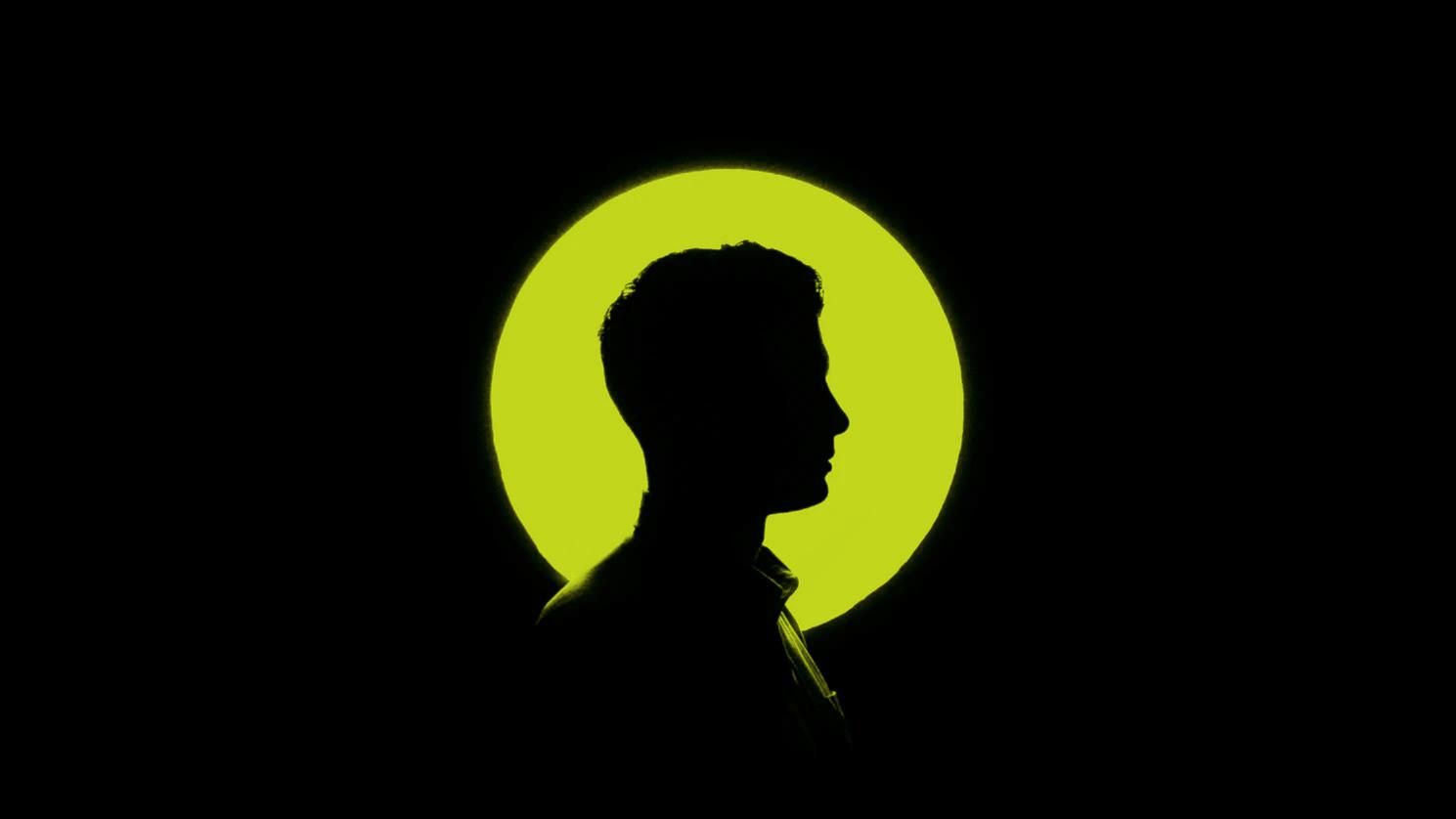 Gesicht im Profil vor grünem runden Licht